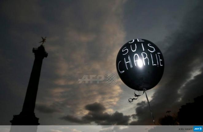 Je suis Charlie écrit en blanc sur fond noir d'un grand ballon © Joël Saget AFP