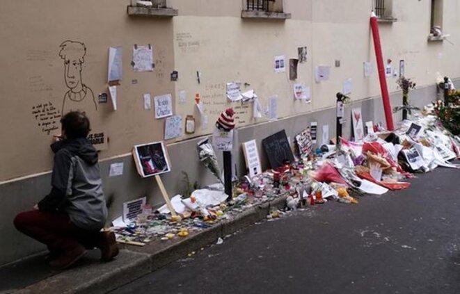 Les marques de soutien se multiplient le long de la rue du siège de Charlie Hebdo