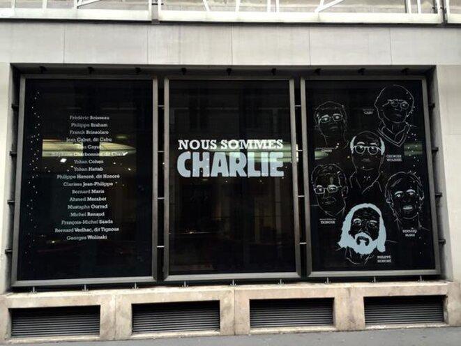 Hommage aux victimes sur la façade du Ministère de la Culture