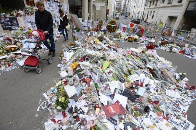 Une montagne d'hommages devant les locaux de Charlie Hebdo