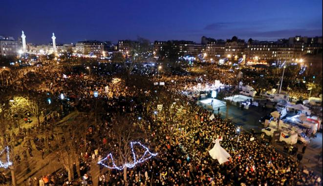 Paris noire de monde le soir de la marche du 11 janvier 2015