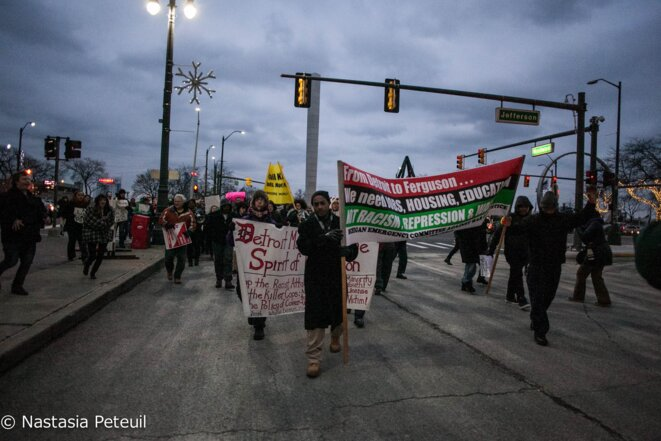 Après le rassemblement, les manifestants se sont dirigés vers le centre-ville de la ville, escortés par la police. © Nastasia Peteuil