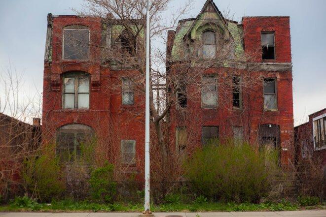 Même en plein centre ville, ici dans le quartier de Cass Corridor, des bâtiments abandonnés font encore partie du paysage. © Nastasia Peteuil