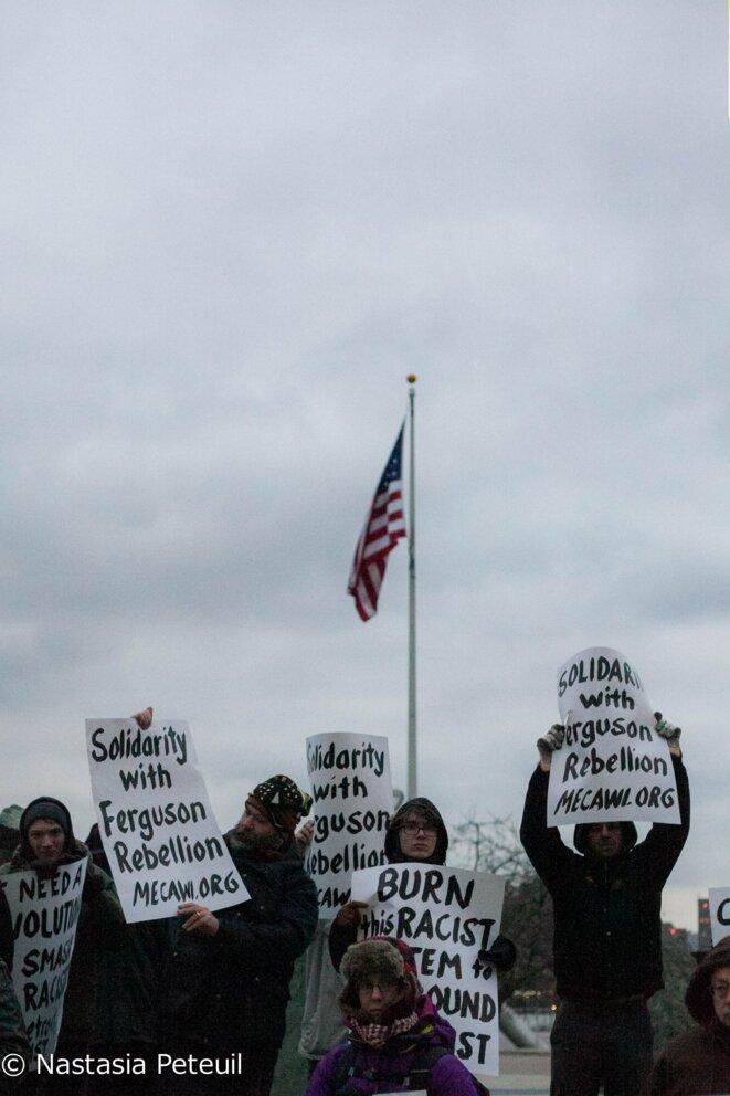 """""""Solidarité avec la rébellion de Ferguson"""", peut-on lire sur les panneaux des militants. © Nastasia Peteuil"""