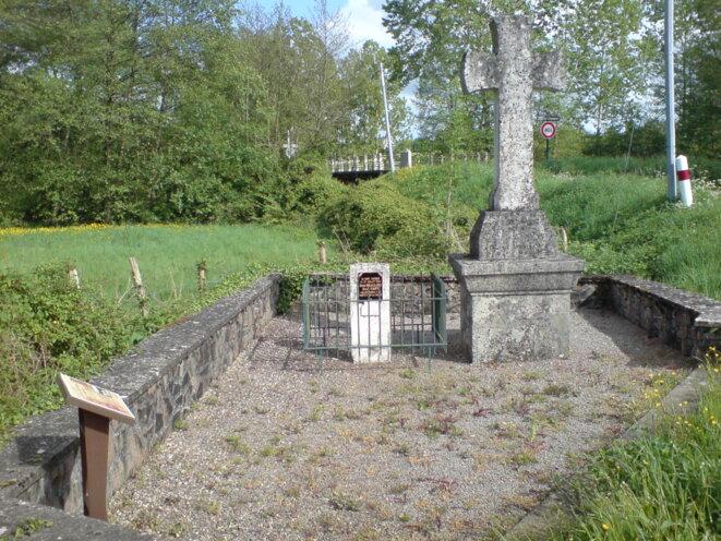 Monument aux héros de la Résistance passé à l'herbicide, avec en fond un pont sur la Charente © Photo JC Mathias