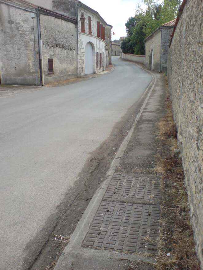 Trottoirs entretenus dans un bourg à proximité de la Soloire, affluent de la Charente © Photo JC Mathias