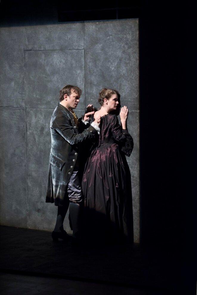 """Vincent Pérez et Julie Duchaussoy dans """"Les liaisons dangereuses"""" © Brigitte Enguerand"""