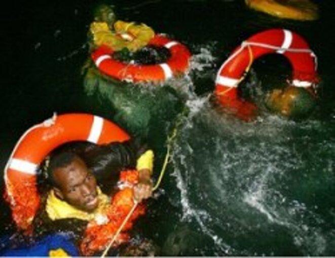 Photo Juan Medina. Naufrage d'une embarcation avec des migrants, au long des côtes des Canaries.