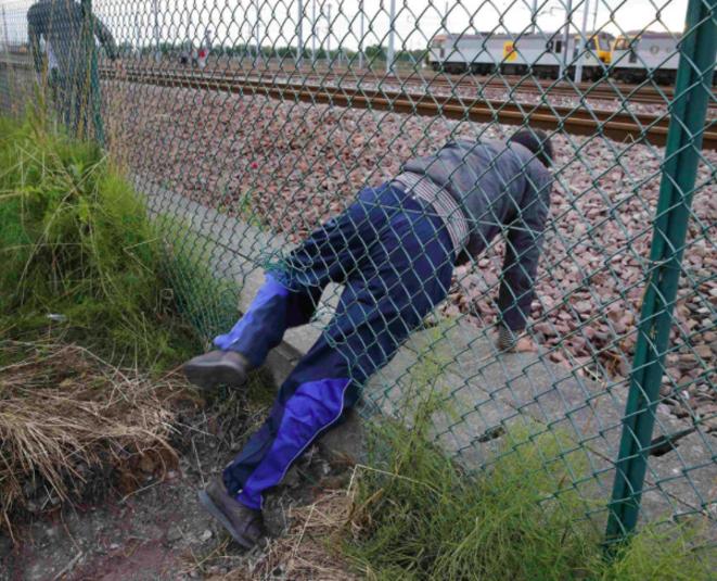 Un inmigrante trata de acceder al túnel bajo el Canal de la Mancha, cerca de Calais, el 29 de julio de 2015. © Reuters