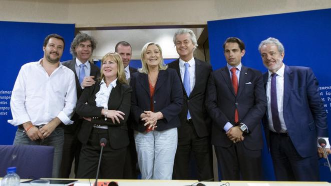 Marine Le Pen este martes en Bruselas junto a sus nuevos aliados del Parlamento Europeo. © Reuters