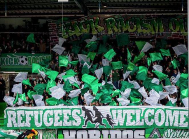 «Refugiados, bienvenidos»: una pancarta en un estadio de fútbol alemán, este fin de semana. © dr
