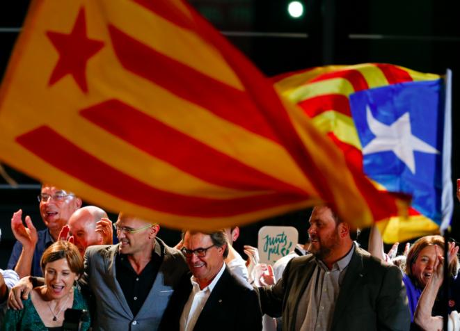 Artur Mas, en el centro, y Oriol Junqueras (ERC) a su izquierda, la noche del domingo en Barcelona. © Sergio Perez - Reuters