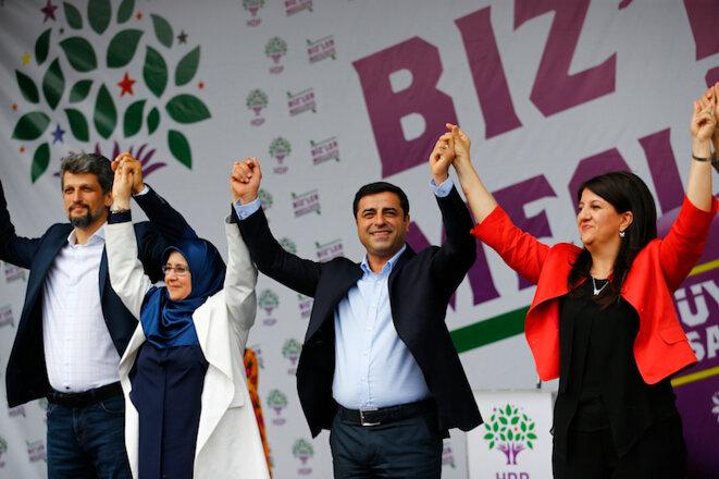 El co-presidente del HDP, Selahattin Demirtas (segundo desde la derecha) celebra su victoria con los miembros de su partido. © Murad Sezer/Reuters