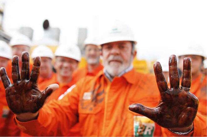 Lula se mancha las manos con el petróleo de pré-sel descubierto recientemente, el 2 de septiembre 2008. © Ricardo Stuckert