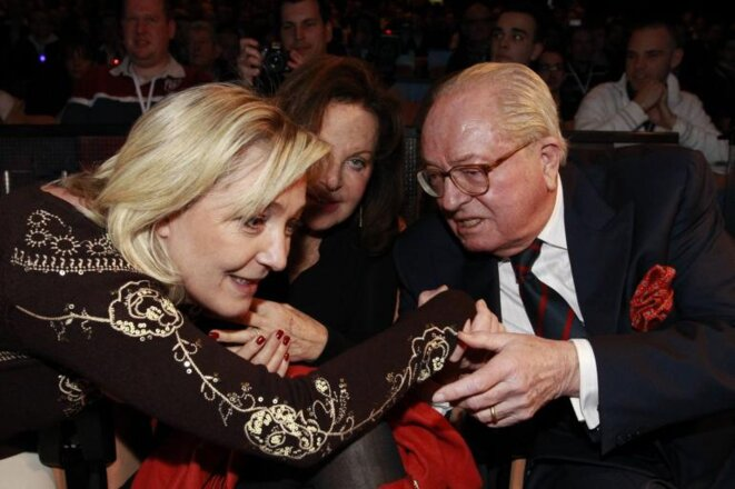Marine Le Pen y Jean-Marie Le Pen el 18 de febrero de 2012, en la convención del FN en Lille. © Reuters