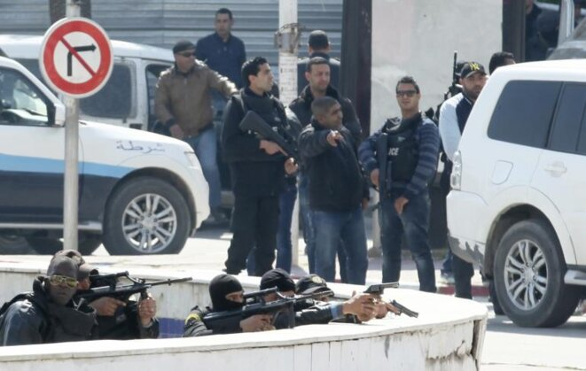 Las fuerzas del orden tunecinas delante del Parlamento. Túnez, 18 de marzo 2015  © Reuters