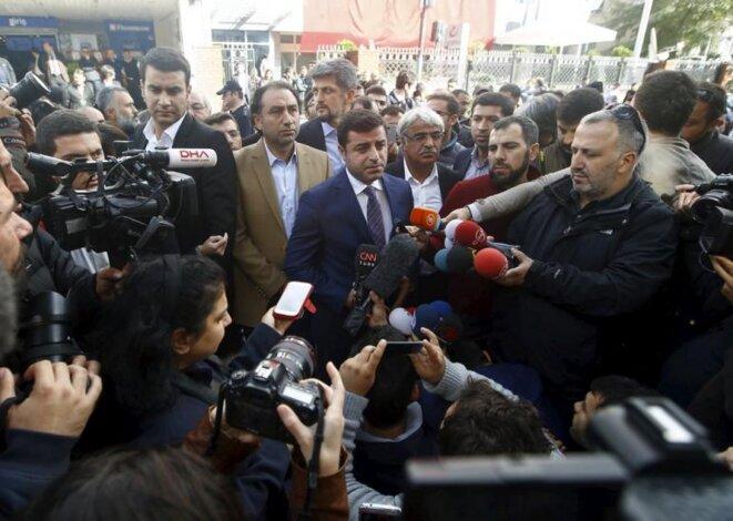 Selahattin Demirtas delante de los locales de Kanalturk y Bugun TV en Estambul, el miércoles 28 de octubre. © Reuters