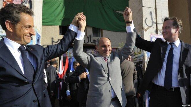 Nicolas Sarkozy, David Cameron y el presidente del Consejo de Transición de Libia en Bengasi en septiembre de 2011. © Reuters