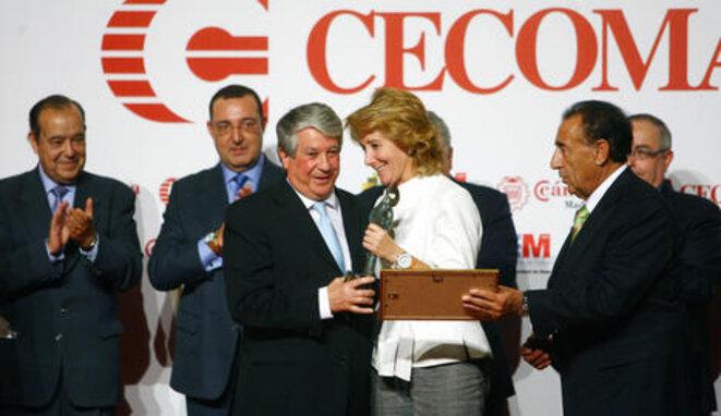 Esperanza Aguirre entrega un premio a Arturo Fernández en 2008. © COMUNIDAD DE MADRID