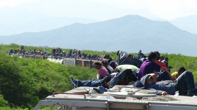 Inmigrantes llegados de América Central que atraviesan México en 'la Bestia', un inmenso tren de mercancias. © Reuters