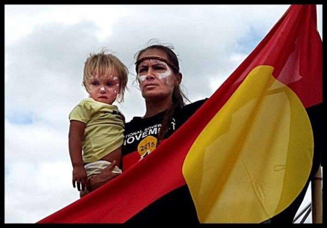 Marianne Mackay avec le drapeau Aborigène