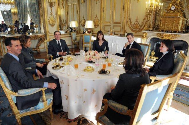 Bachar el-Assad et sa femme, avec le couple Sarkozy et Claude Guéant, à l'Elysée, en juillet 2008.
