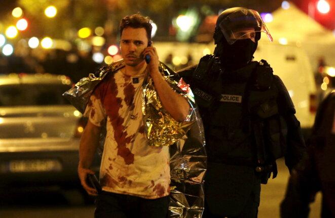 Un survivant du Bataclan, après l'assaut des forces de l'ordre © Reuters