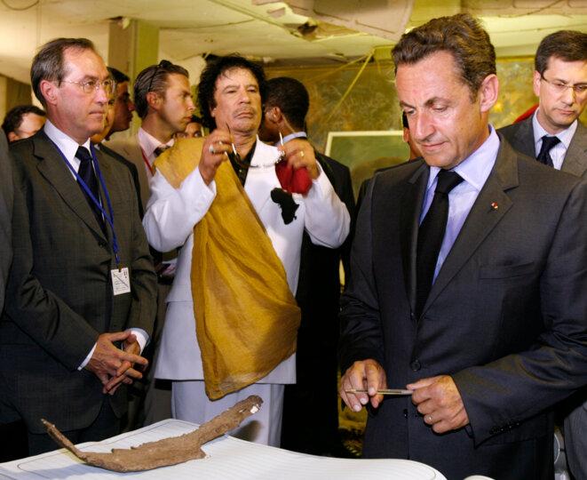 Claude Guéant, Mouammar Kadhafi et Nicolas Sarkozy à Tripoli, en 2007.