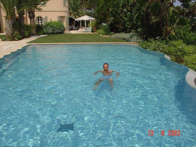 Jean-François Copé dans la piscine de la villa de Ziad Takieddine. © Photo Mediapart