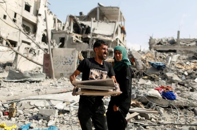 Un couple palestinien ramasse ses biens dans sa maison qui a été détruite à Beit Hanoun.