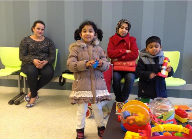 Des patients dans la salle d'attente de la nouvelle maison de santé
