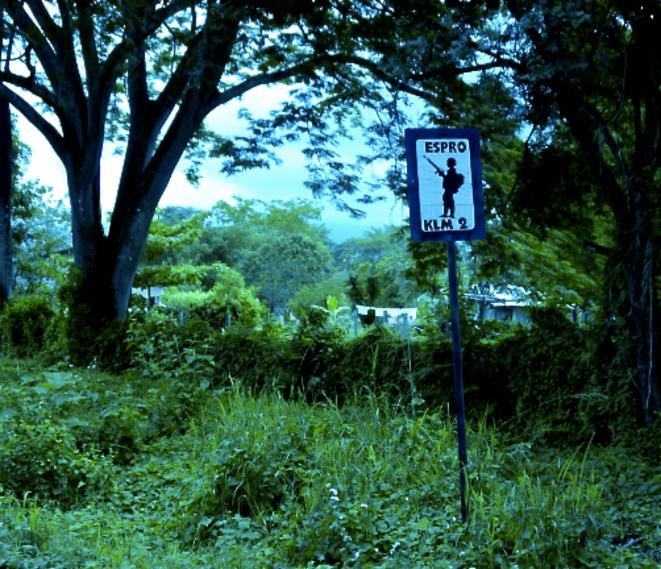 Pancarte annonçant la proximité d'une base militaire.  © Mediapart