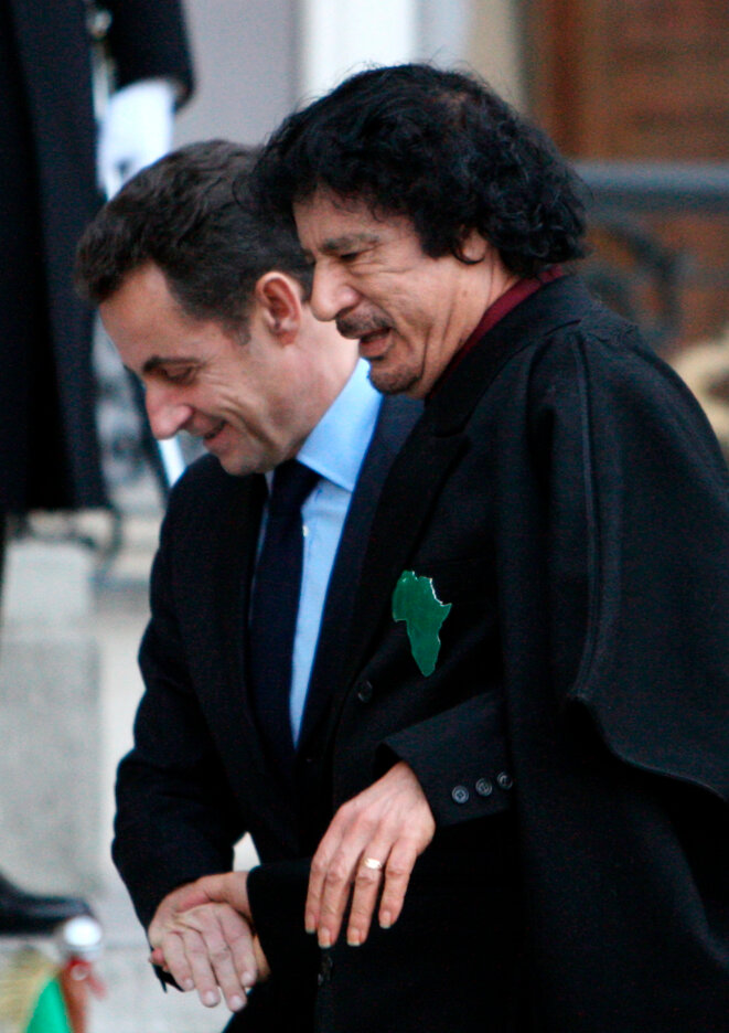Sarkozy-Kadhafi: dans kadhafi-sarkozy SARKADHAFI-MAINS