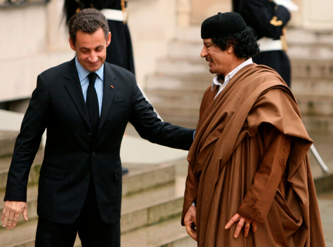 Nicolas Sarkozy et Mouammar Kadhafi sur le perron de l'Elysée, en 2007.