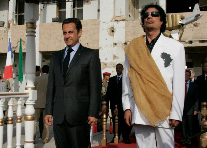 Nicolas Sarkozy et Mouammar Kadhafi devant la maison du second bombarbée par les Américains. © Reuters