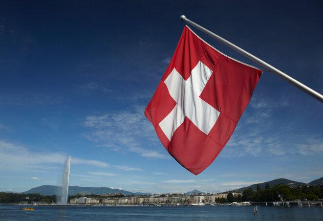 Le drapeau suisse flottant sur Genève.