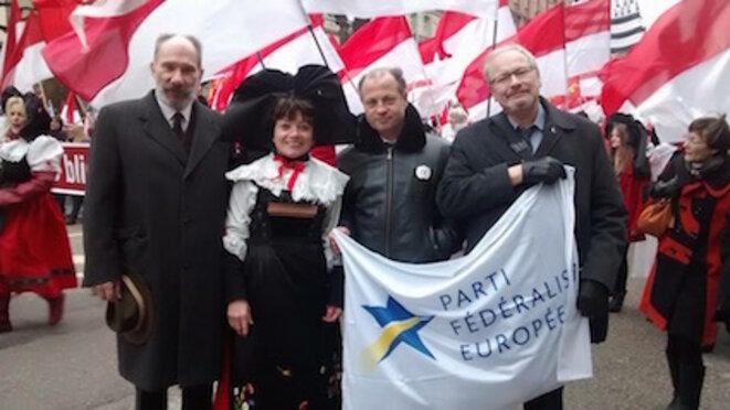 """La présidente de """"Unserland"""" en costume alsacien et le président du PFE (Fédéraliste)"""