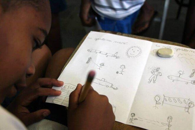 Un enfant dessine, sur deux colonnes, ce qu'il aime et n'aime pas à la Maré © Marie Naudascher et Patrick Vanier