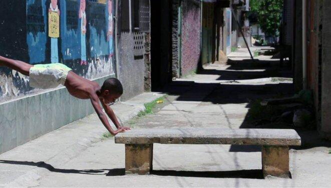Enfant dans les rues du complexe de La Maré  © Patrick Vanier et Marie Naudascher