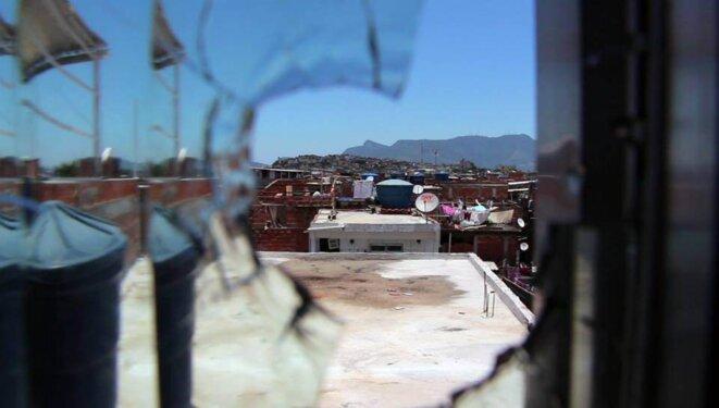 Impact de balle dans une maison du complexe de la Maré © Marie Naudascher et Patrick Vanier