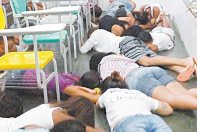 Enfants contraints de se jeter à terre dans une salle de classe à cause d'une fusillade dans la rue © Yvonne Bezerra de Mello