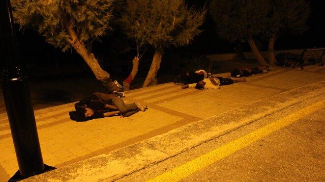La nuit les réfugiés dorment près du port