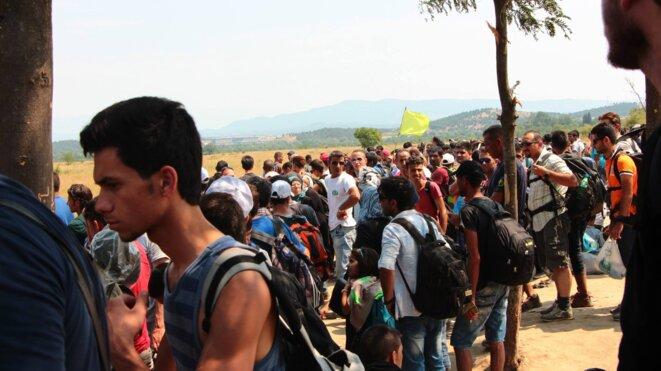 Des centaines de personnes s'amassent à la frontière gréco-macédonienne et l'attente interminable commence