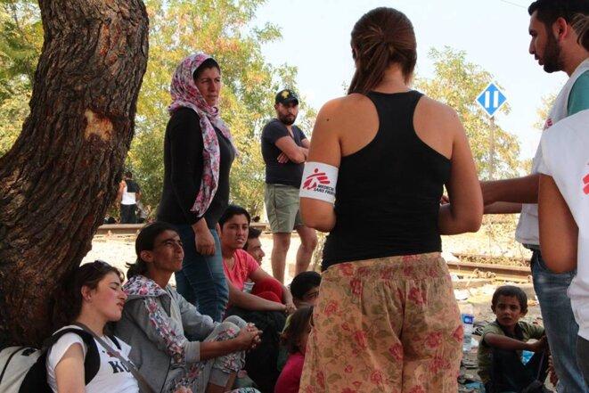 MSF est présent sur les lieux pour distribuer des accessoires divers utiles à la poursuite du voyage