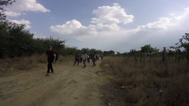 Après le passage de la frontière gréco-macédonienne, la marche vers la gare des trains la plus proche