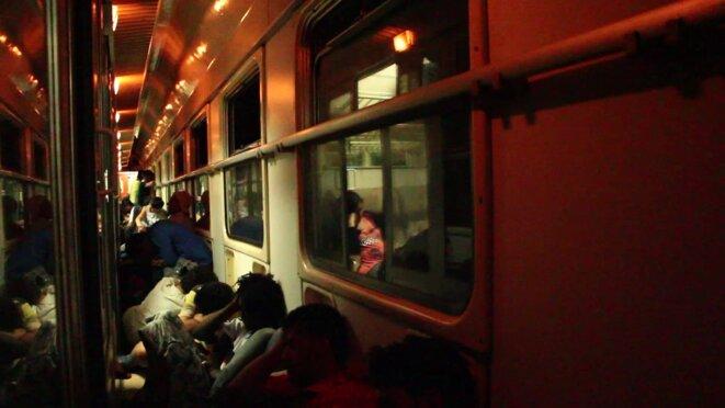 Le train qui traverse la Macédoine bondé de monde
