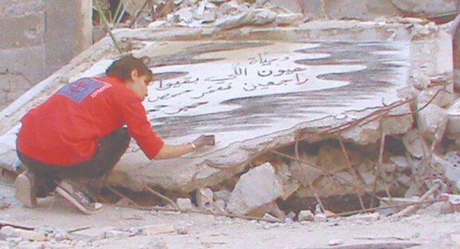 Wiam Simav Bedixran parmi les ruines de Homs