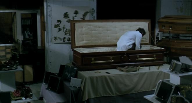 Mathieu Amalric se couche, dans «De la guerre »