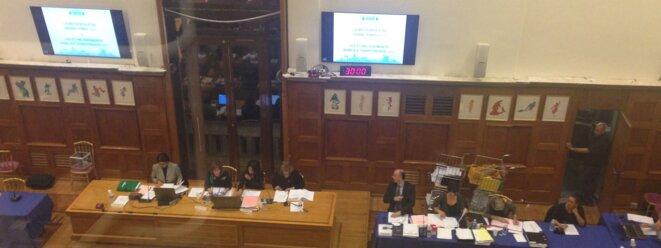 Joëlle Ceccaldi-Raynaud (écharpe verte), vue de la tribune du public au conseil municipal de Puteaux © Yann Philippin