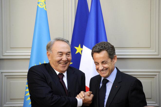 Nicolas Sarkozy et le président kazakh Noursoultan Nazarbaiev, après une signature de contrats à l'Elysée le 27 octobre 2010 © Reuters